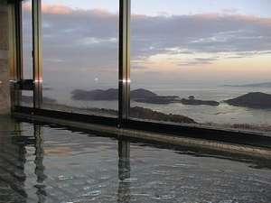 朝焼けの大浴場。眺めはサイコーです。
