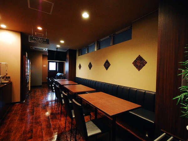 【2F癒しカフェ】フリースペースの各テーブルにはコンセントを完備。WiFi環境も整っております。
