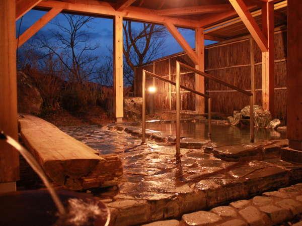 【峯の湯 露天風呂】薬仁湯を使用した露天風呂。肌がつるつるになりポッカポカに温まります♪