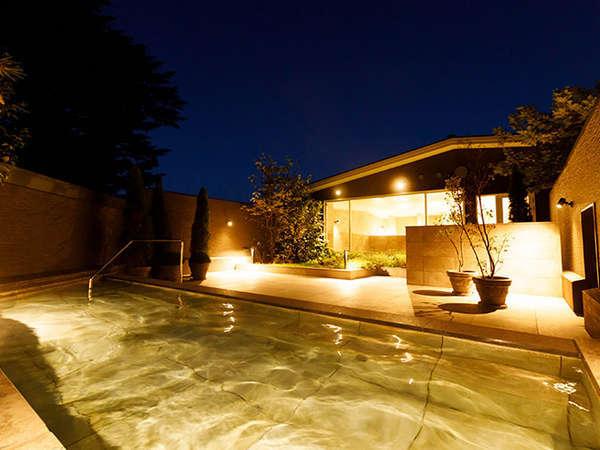 旧軽井沢エリア唯一の天然温泉露天風呂。岩手花巻の「美肌の湯」を直送。とろとろの湯はまるで化粧水のよう