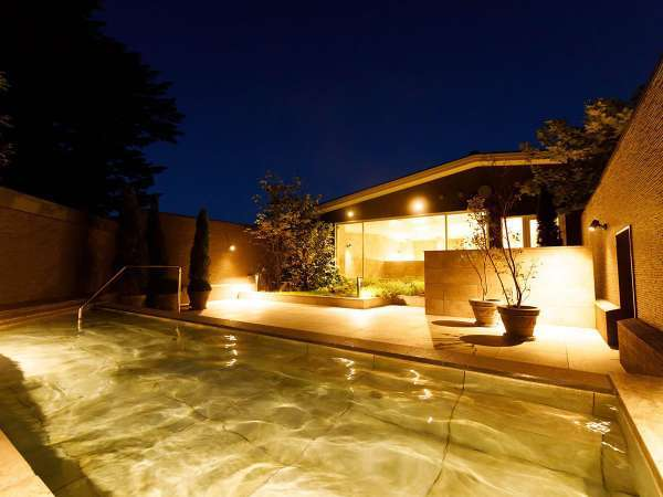 朝はやわらかな木漏れ日、夜は満天の星空に包まれる露天風呂「KOMOREBI」で癒しの湯浴みを