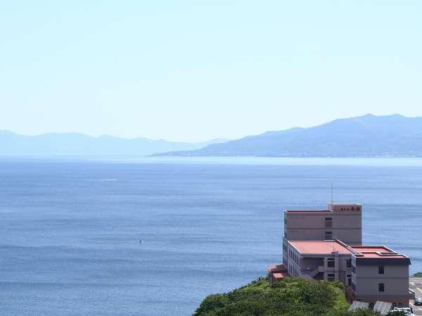 本州最北端「龍飛崎」にある一軒宿。背景に見える山並みは北海道です。