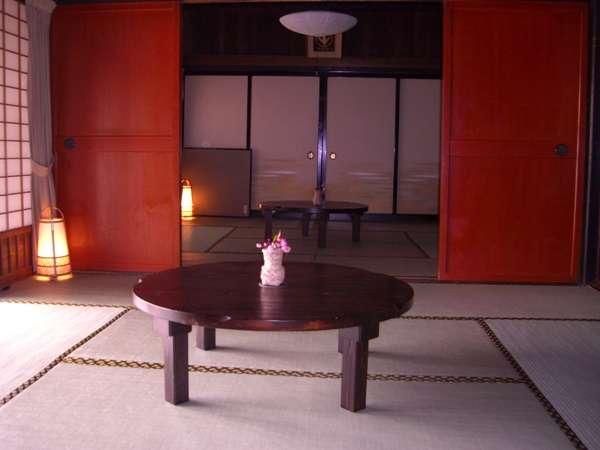 【部屋2】昔ながらのお部屋は板戸またはふすま戸で仕切られています