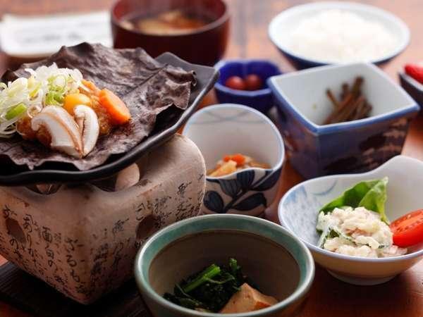 【朝食】飛騨の郷土料理朴葉みそは炊き立てごはんと相性抜群です(一例)