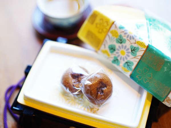 可愛い玉手箱を開けると地元の一茶饅頭が。お部屋にご用意しています。