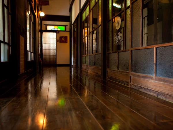 【食事処の廊下】磨き込まれた木の廊下も大正ガラスも趣きを感じさせてくれます。