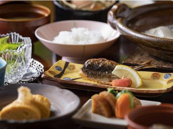 【食事】朝日が差し込む個室会場でゆっくり召し上がる朝ご飯は格別です。