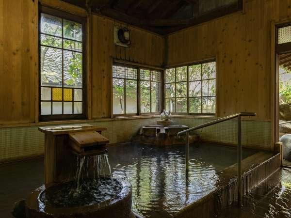 【大浴場:岩魚の湯】内湯と露天風呂のある大浴場。夜は24:00迄、翌朝6:30から利用可能。