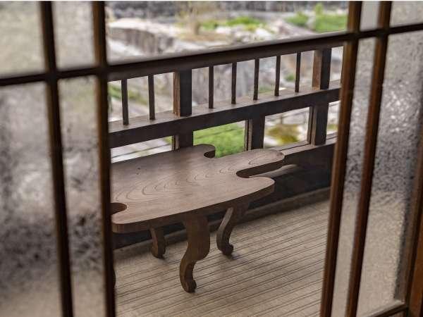 【客室:母屋】窓から望む高瀬川。水の音を聞きながらゆったりとした時間をお過ごし下さい。
