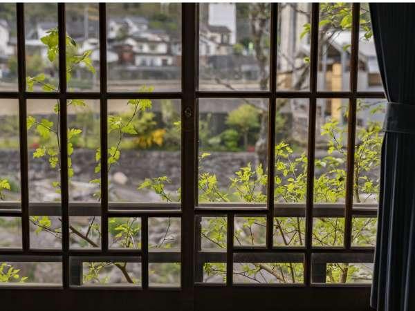 【客室:母屋】大正ガラスより望む景色は日田市ののどかな田園風景。