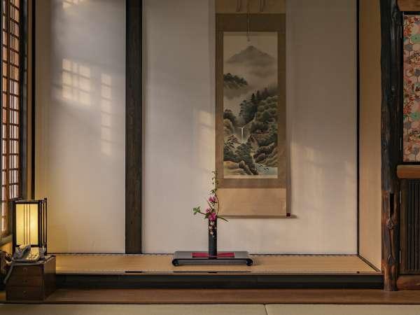 【客室:母屋】趣のある日本和室。そっと飾られた活花がよく似合います。