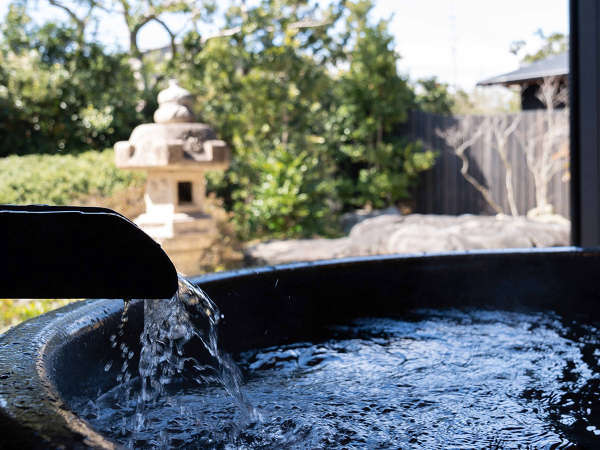 *【かえで(露天風呂 一例)】客室に、日本庭園を眺めてゆったり入れる露天風呂がございます。