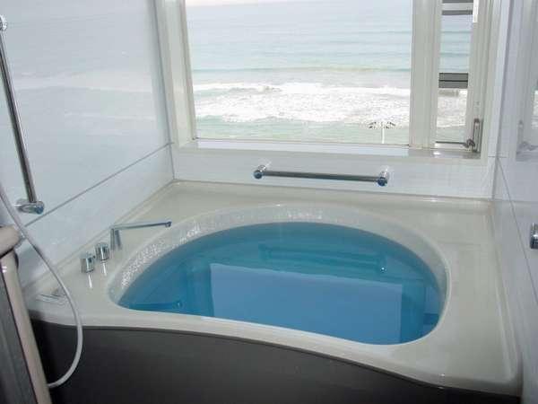 海を眺めて入る風呂も格別