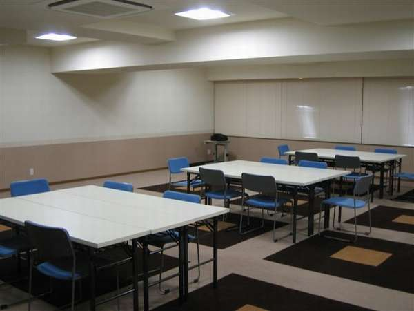 2階には会議室があり、スクール形式で約40名様のご利用が可能です。(利用時間10時~18時まで)