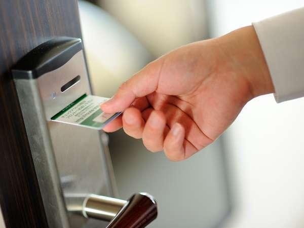 客室のカードキーは、差し込んですぐに引き抜くタイプです。お出かけ時は、財布に収納することができます。