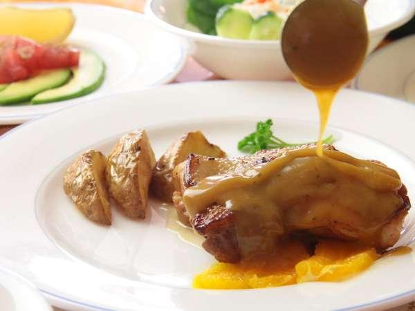 リピーター続出の人気料理、鶏のオレンジソース煮。オレンジソースはひまわりの秘伝レシピです♪