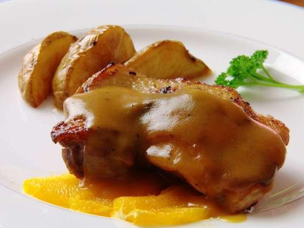 リピーター続出の人気料理、鶏のオレンジソース煮。スタンダードプランでは【信濃地鶏】で!