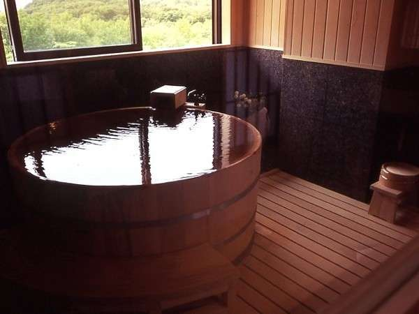 2部屋ある個室温泉付特別室には、【円湯】【角湯】の2タイプの個室温泉がある。