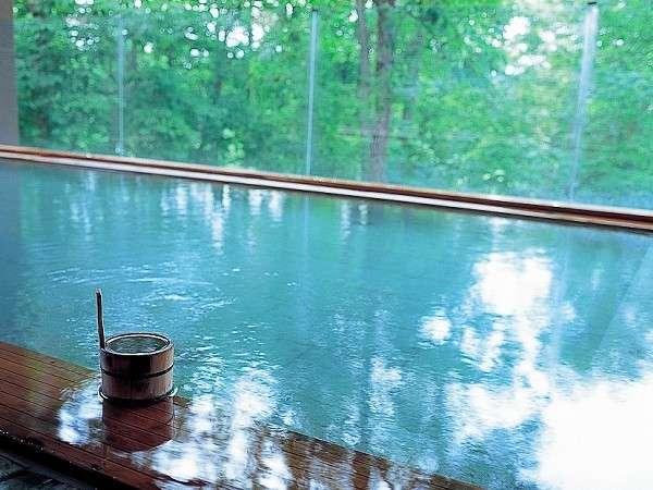 四季折々の景色を楽しむことができる『森の天空露天風呂』(夏)