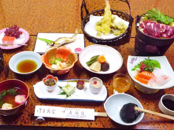 *【夕食一例】メインのお肉料理と地産の旬食材を盛り込んだ彩りの和食をご提供。