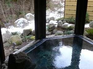 *雪が降った日には心と身体がほっこりする雪見露天も楽しめる。