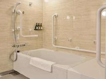 ユニバーサルシングルルームのバスルームは他のタイプより少し広めです。