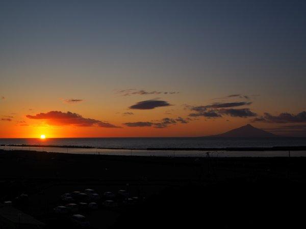 ホテルから見える夕日と利尻富士