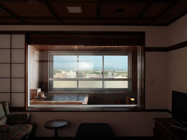 【WAMODERN】ひのき造りの客室展望風呂からは函館を一望できます。