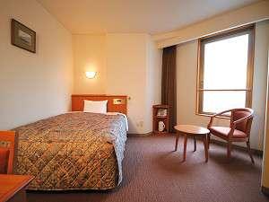 スーペリアルーム:曲線が素敵なお部屋で、ベッドは余裕のダブルサイズ。