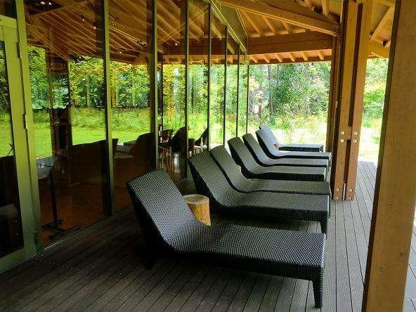 森のテラスは、お風呂上がりにのんびり寝転がれるスペースです。