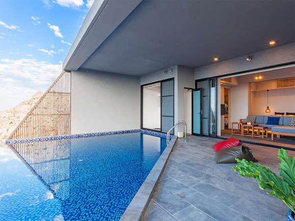 Peace(ピース)棟。プールに映る青空を眺めながらのんびりとお過ごしください。
