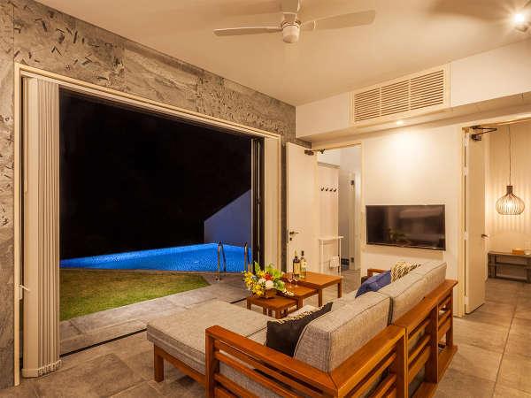 Teenu(ティーヌ)棟客室。ライトアップされたプールを眺めながらの静かなひととき。