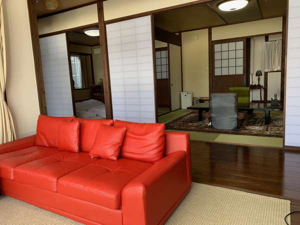 【VIPルーム】ソファに腰かけ由布岳を眺めて