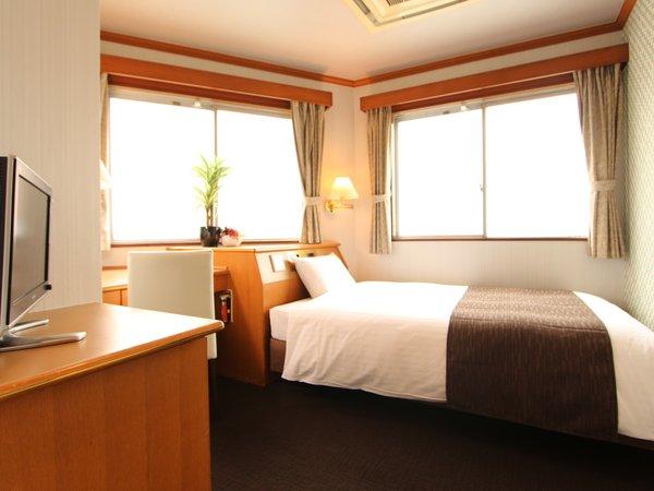 シングルルームは全室セミダブルベッドを設置!幅120cm大人気のデュベスタイルを採用しております♪♪