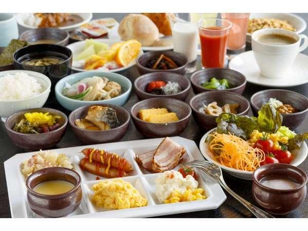 御食事処「大銀杏」での、ご朝食。種類は約30品ございます。一日の活力に、ぜひお召しあがりくださいませ。