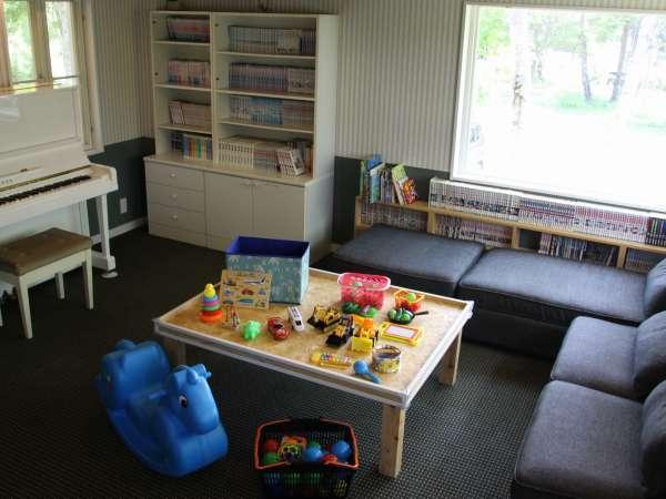 ラウンジには雑誌、漫画やお子様のおもちゃなどを備えています