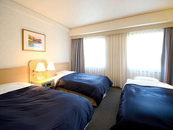 【トリプルルーム/31㎡】岡山城を望む、パウダーコーナー付きのお部屋。ご家族やグループ旅行に。