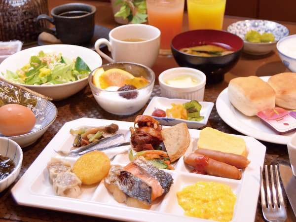 """岡山名物も並ぶ""""岡山の朝ごはん""""。約40種類のメニューが、朝から食べ放題です。"""