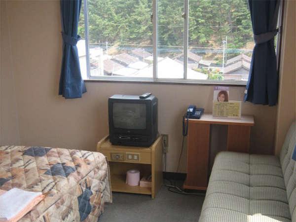 【客室例】ビジネスや観光の拠点に◎ゆったりサイズのダブルベッドでのんびりとお寛ぎ頂けます♪