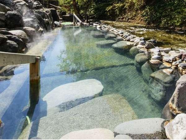混浴大露天風呂広々とした岩造りの露天風呂、川の流れを横目にダイナミックにお楽しみください。