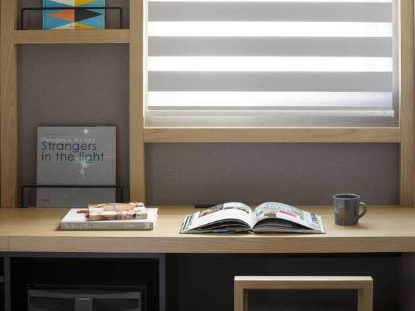 客室は、本棚をイメージさせる木格子、落ち着いた雰囲気のインテリアでまとめられています