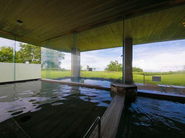 【温泉◇山泉-SANSEN-】〔檜風呂〕 湯煙越しに広がる庭園と湯のぬくもりが芯からほぐす湯の贅沢。