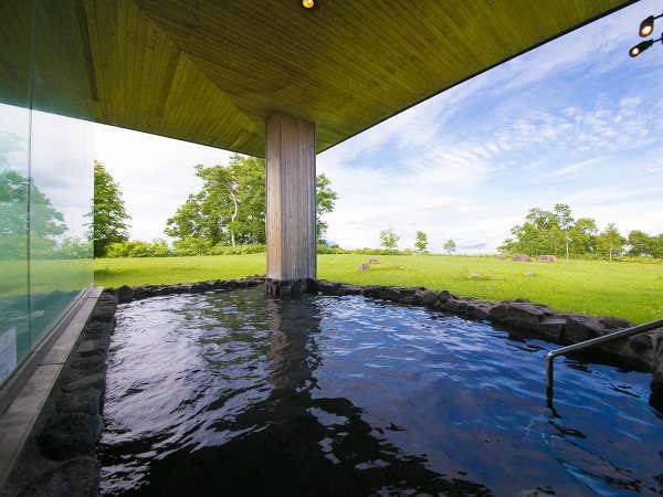 【温泉◇山泉-SANSEN-】〔露天風呂〕 洞爺を肌で楽しむ露天風呂は、檜風呂側に。(サウナは両方)