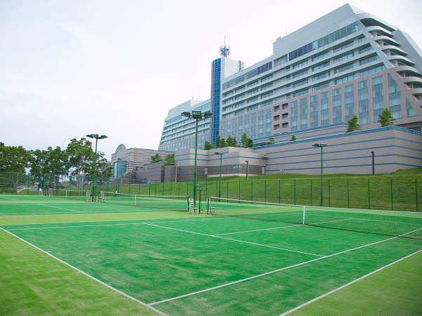【テニス】 本格的なオムニコートで爽快なテニスプレイを。ラケットなどの各種レンタルもお気軽に。