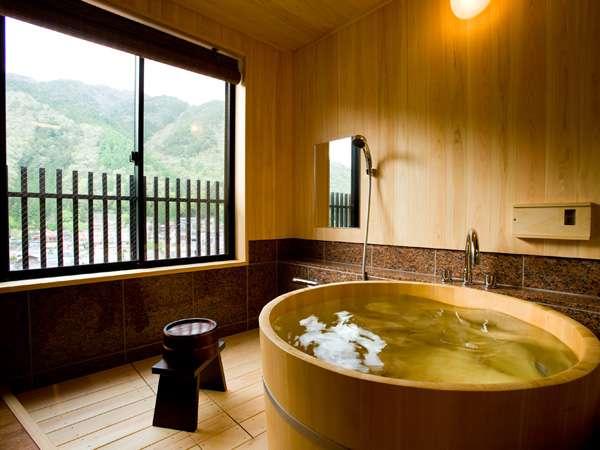 露天風呂付客室8畳の半露天風呂です。お好きな時に湯浴みを満喫してください。