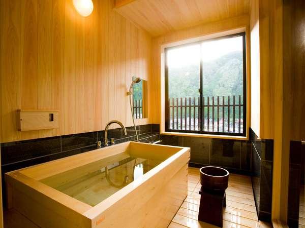 露天風呂付10畳の半露天風呂です。こちらは檜のお風呂です。