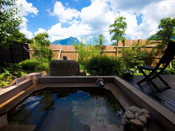 【温泉】すべての客室には専用の内湯と露天風呂付き。周りを気にせずお二人でごゆっくりと♪