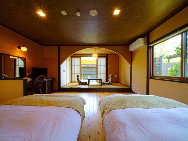【和洋室】ツインベッドが並ぶ客室。2人だけの静かな時間。