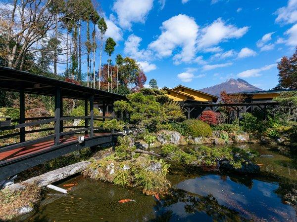 四季折々に違う表情を見せる庭園・由布岳