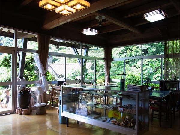 【食堂】お食事は美しい山の緑を眺めながらご堪能下さい。